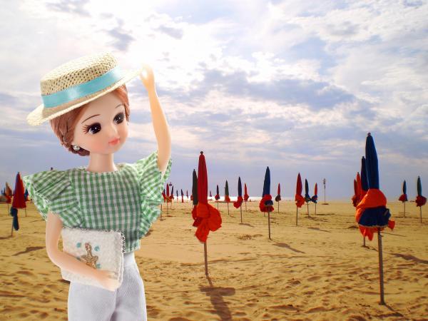 フランスの「ドーヴィルのパラソルの浜辺」とリカちゃん=© TOMY
