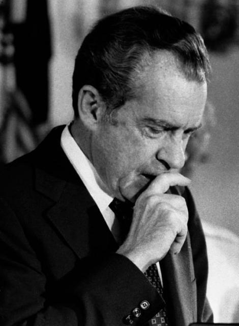 ウォーター事件で大統領を辞職したニクソン氏=1974年8月、ロイター