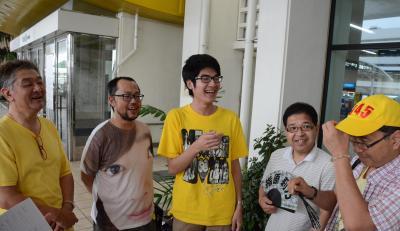 那覇空港に降り立ち談笑する「指原会」のメンバー=6月16日午後4時、佐々木洋輔撮影