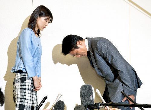 謝罪する鈴木章浩都議=2014年6月23日、都庁、福留庸友撮影
