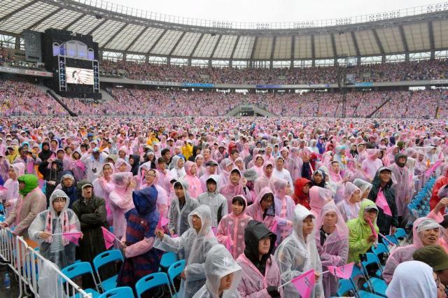 2014年のAKB総選挙。強い雨の中、声援を送るファンたち=2014年6月7日、東京都調布市、小玉重隆撮影
