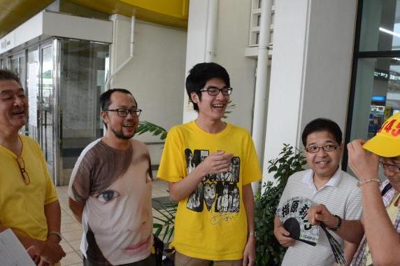 イベント中止を受けても那覇空港に降り立ったファンたち=2017年6月16日
