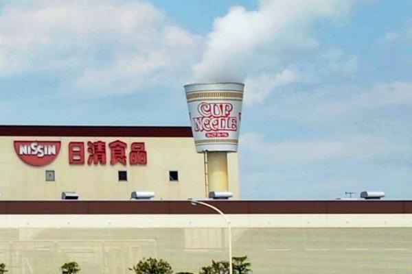 日清食品の関東工場。煙突の先端部分にカップヌードルのオブジェのようなものが設置されている