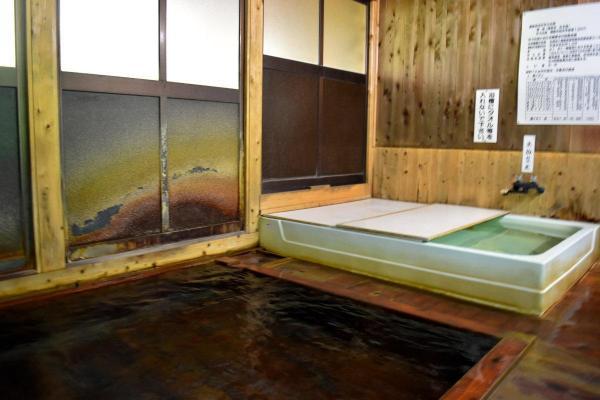 温泉内の様子。奥に見えるのが「上がり湯」です。すぐ隣が女性用の湯船で、声がよく聞こえてきました=9日、福島市、小泉浩樹撮影