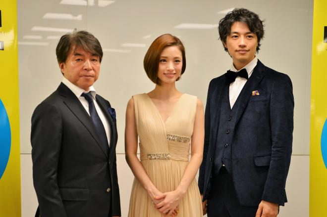 記者会見に臨んだ(右から)斎藤工さん、上戸彩さん、西谷弘監督=冨名腰隆撮影