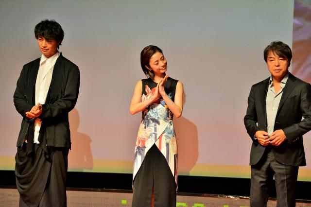 オープニングセレモニーであいさつした3人=2017年6月18日、冨名腰隆撮影