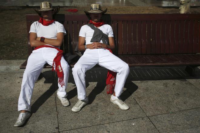 ベンチで寝ていたサン・フェルミン祭の参加者=2012年7月、パンプローナ、スペイン