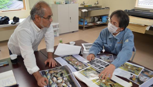 修理を監督した浅尾さん(右)に話を聞く窪寺さん=栃木県日光市の日光社寺文化財保存会