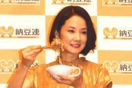 2015年の納豆クイーンに選ばれた吉田羊さん