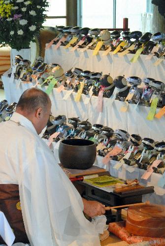 千葉県いすみ市のお寺で、約100台のAIBOが供養された=2017年6月8日、いすみ市大野の光福寺