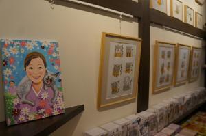 深谷さんの個展が開かれたGallery&Cafe平蔵。深谷さんの描いた綾子さんの絵も飾られていました=2016年3月、水野梓撮影