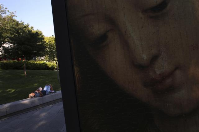 プラド美術館の外で寝る男性=2014年9月、マドリード・スペイン