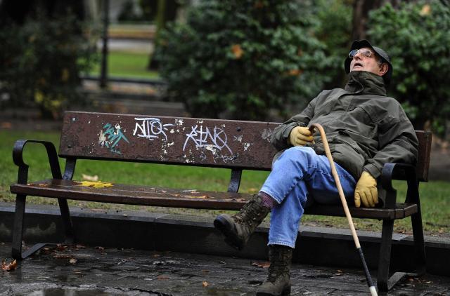 公園で居眠り中の男性=2012年10月、オビエド・スペイン
