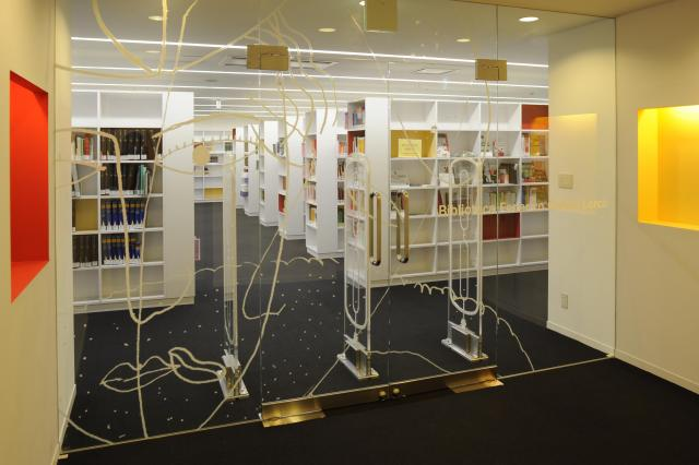「セルバンテス文化センター東京」の図書館。スペイン語圏の蔵書、音楽CD、映画と取りそろえ、どなたでも自由に閲覧できる