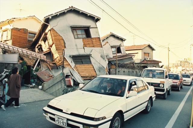阪神・淡路大震災で一階部分が押しつぶされ倒壊した木造家屋の民家=1995年1月17日、西宮市