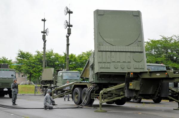 レーダー設置完了。少し左を向いて止まった=21日午前7時すぎ、陸自朝霞駐屯地駐車場、藤田直央撮影