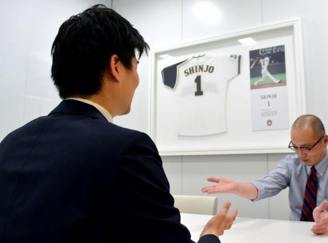 球団事務所で打ち合わせするXさん(手前)。ちなみに、この会議室の名前は「SHINJO」。他に「ダルビッシュ」、「ヒルマン」の部屋もある