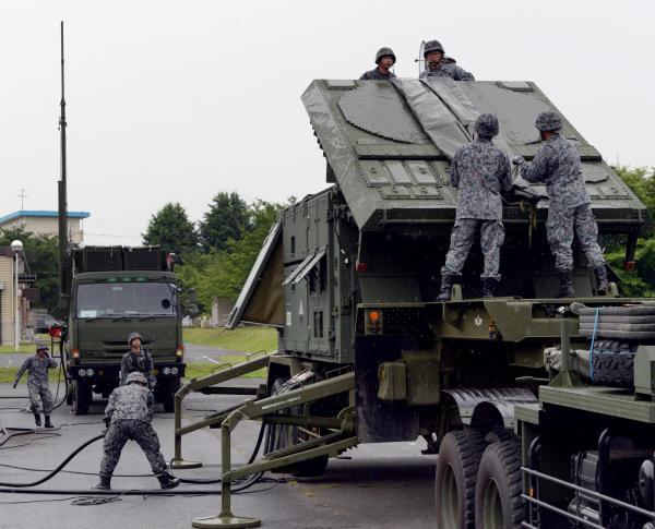 弾道ミサイル防衛訓練で設置されたレーダー装置(右)=21日午前6時58分、角野貴之撮影