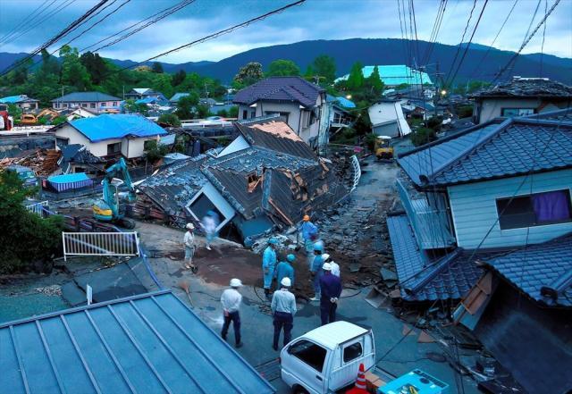 熊本地震で倒壊した家屋=熊本県益城町、2016年4月28日