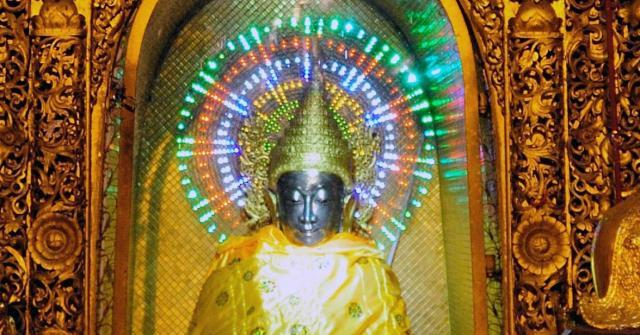 ミャンマー、ヤンゴンのシュエダゴンパゴダにある仏像。後光の差している部分は電飾で表現されている