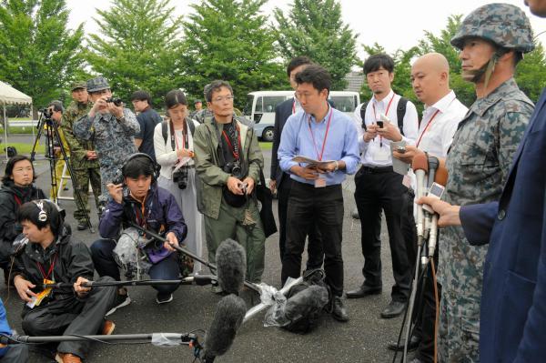 訓練終了後、指揮官を務めた航空自衛隊の花田哲典・第4高射隊長(右端)は、PAC3とレーダーを少し左へ向けたのは「皆様のカメラアングルに合わせて」と語った=21日午前7時すぎ、陸自朝霞駐屯地駐車場