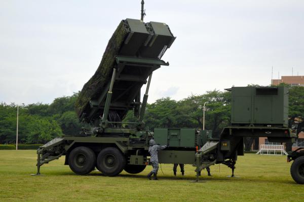 発電機(右)で起動し、約10分で配備を完了しら航空自衛隊の地対空誘導弾PAC3。最後に発射機が少し左を向いた=21日午前6時半ごろ、陸自朝霞駐屯地北グランド、藤田直央撮影