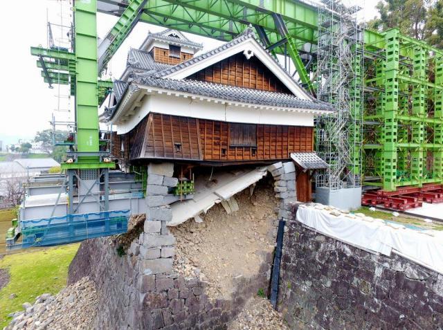 「一本石垣」で倒壊を免れた熊本城の飯田丸五階櫓は、倒壊防止の架台に支えられている=2017年3月29日