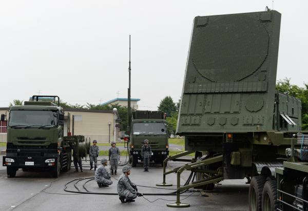 弾道ミサイル防衛訓練で設置されたレーダー装置(右)や射撃管制装置(中央)=21日午前7時1分、陸上自衛隊朝霞駐屯地、角野貴之撮影