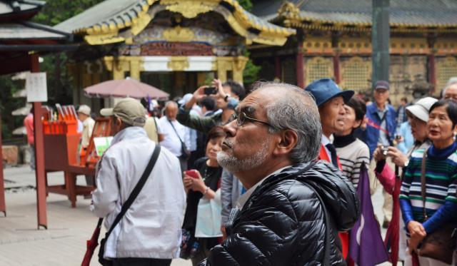 日光東照宮で修理の結果を確認する窪寺さん