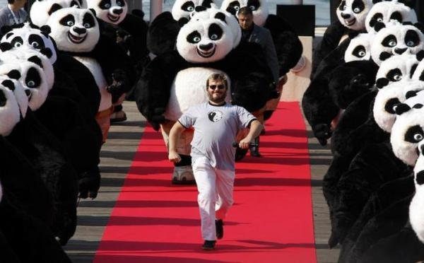 大量のパンダと疾走するジャック・ブラック=ロイター
