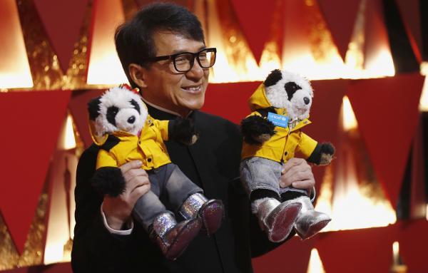 89回目アカデミー賞のレッドカーペット、おもちゃのパンダを手にした笑顔の俳優ジャッキーチェンさん=ハリウッド、カリフォルニア、2017年2月