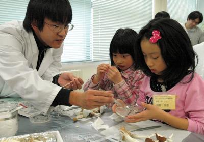 旭川高専でキノコの培養に取り組む児童たち。松村有祐社長の母校である同校では地域開放特別事業として、このような活動もしている=2009年、旭川市