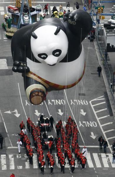 タイムズスクエアに現れた巨大カンフーパンダバルーン=2010年9月、ロイター