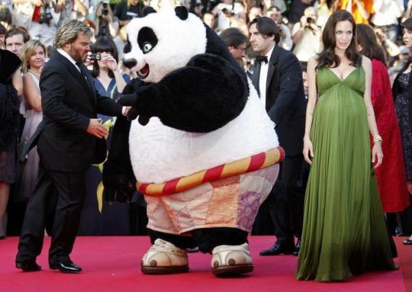 カンヌの赤じゅうたんに現れたカンフーパンダ=ロイター