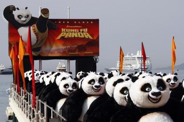 カンヌ映画際に現れた大量のカンフーパンダ=ロイター