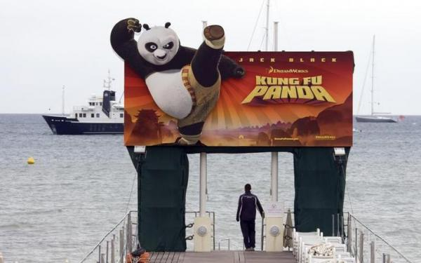 カンヌ映画際に現れたカンフーパンダの看板=2008年5月、ロイター