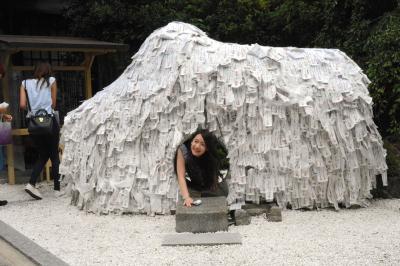 安井金比羅宮の「縁切り縁結び碑」をくぐって、良縁を願う参拝者=京都市東山区