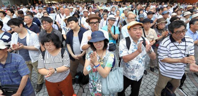 都議選候補者の演説を聞く有権者ら=23日午前、都内、遠藤啓生撮影