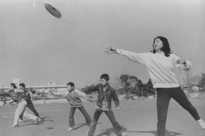1975年12月に大流行した「フリスビー」。「円盤ゲーム」とも呼ばれ、UFO(未確認飛行物体)ブームに乗って人気が上昇した