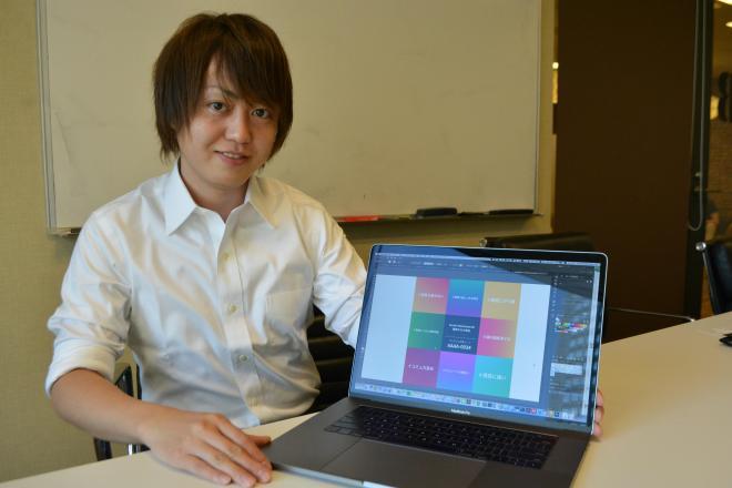 自身のエムグラムの結果画面を示す松村有祐社長=東京都新宿区