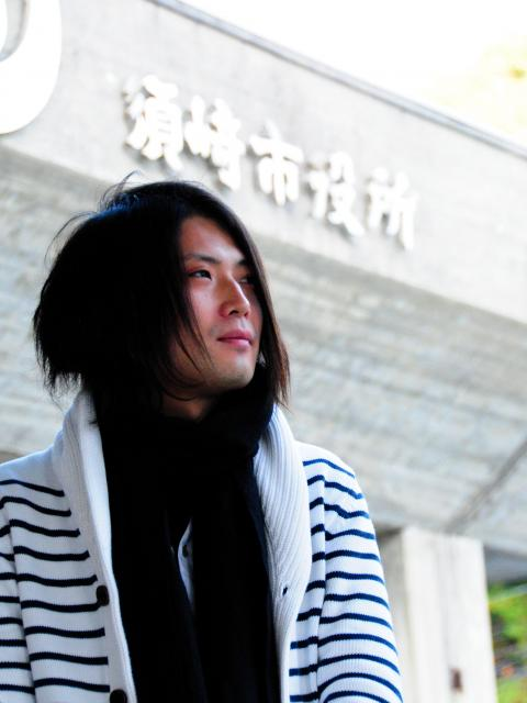 須崎市役所の前に立つ守時健さん=高知県須崎市、佐藤達弥撮影
