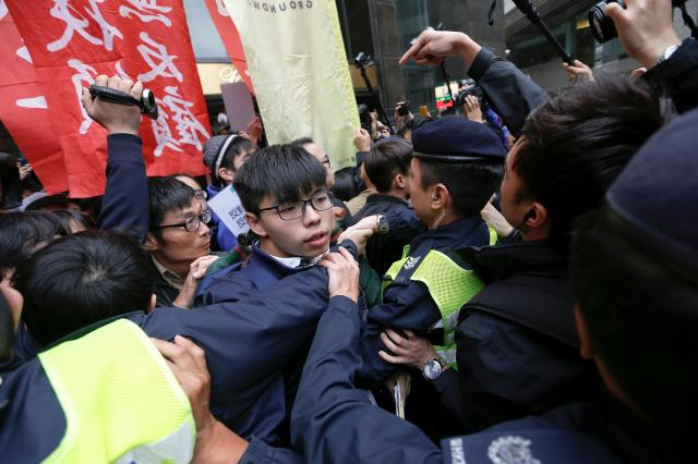 香港政府トップの行政長官に親中派とされるキャリー・ラム(林鄭月娥)氏が当選したことに抗議し、警察ともみあうジョシュアさん=2017年3月26日