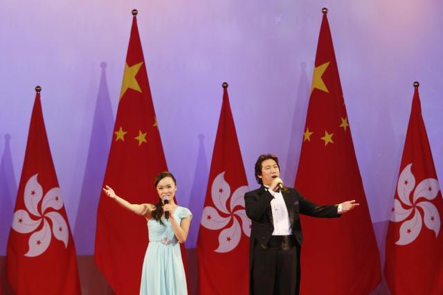 普通選挙を求める声が強まっていた香港で開かれた、中国の建国記念日「国慶節」の催し。中国より一段低い位置に香港の旗が並ぶ=2014年10月1日