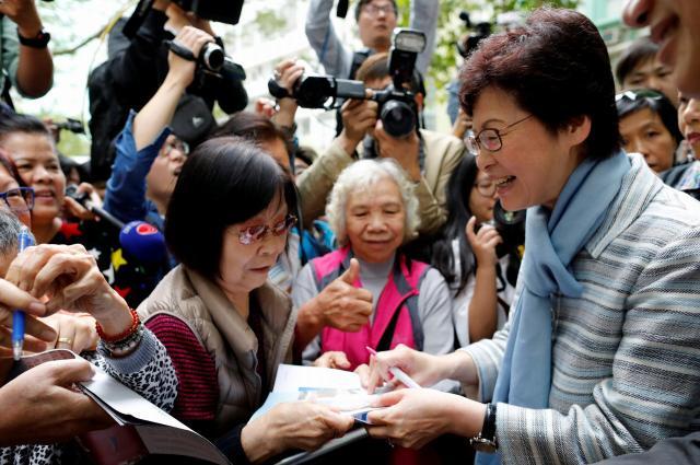香港で行われた行政長官選挙で、選挙運動をするキャリー・ラム氏(林鄭月娥、右)。のちに当選、7月1日の就任式には中国の習近平国家主席が出席=2017年3月23日