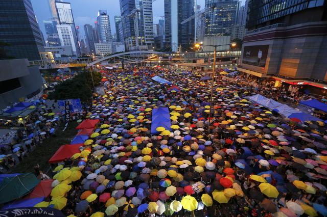 香港中心部を埋め尽くす、デモ隊の「雨傘」=2014年10月28日