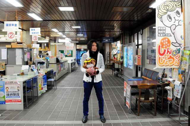 しんじょう君のぬいぐるみを抱く守時健さん=高知県の須崎市役所、佐藤達弥撮影