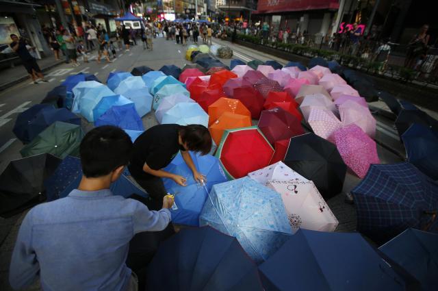 香港中心部で傘を路上に並べ、道路を占拠するデモ隊=2014年10月11日