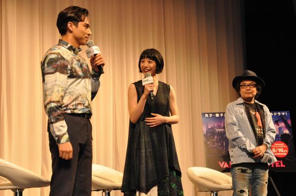 左から、作品に出演している満島真之介さん、夏帆さんと園子温監督