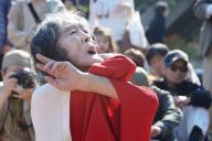 鎮魂の舞を披露するギリヤーク尼ケ崎さん=2015年、兵庫県尼崎市