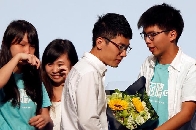 新党「香港衆志」から当選したネイサン・ロー(羅冠聰)さん(右から2人目)を祝福するジョシュアさん(右端)=2016年9月5日